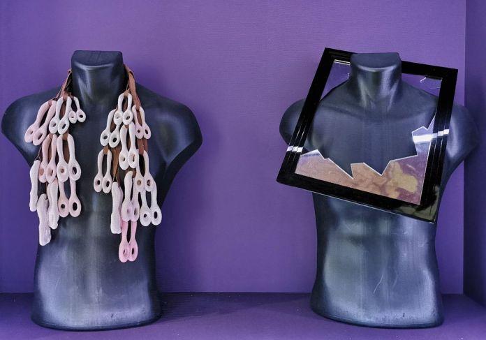 Yasar Aydin - collier « layers of pink », 2012 et Jean-Rémy Daumas, 1985-1986 - L'héritage surréaliste dans la mode au Château Borély - Chambre dite de Monsieur