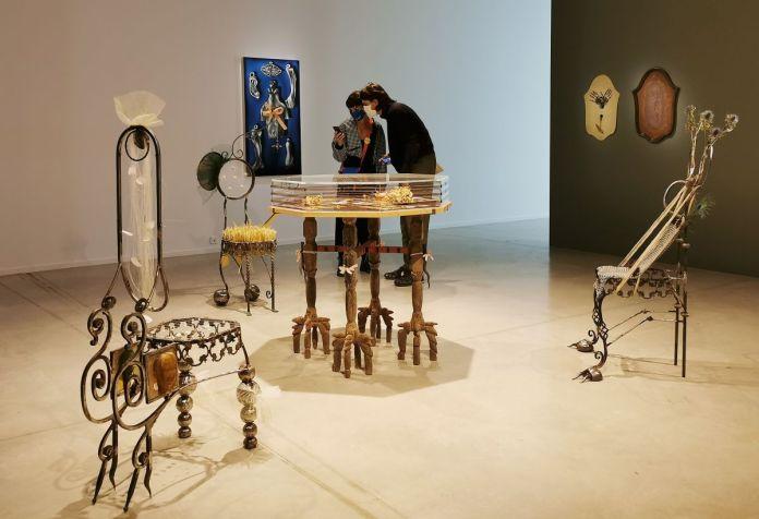 Nils Alix-Tabeling - Table-eau alchimique ; Le royaume de Satan était habilement divisé… et 3 chaises sympathiques (Chat-Mite-Sphinx), 2020 - Possédé·e·s au MO.CO. Panacée
