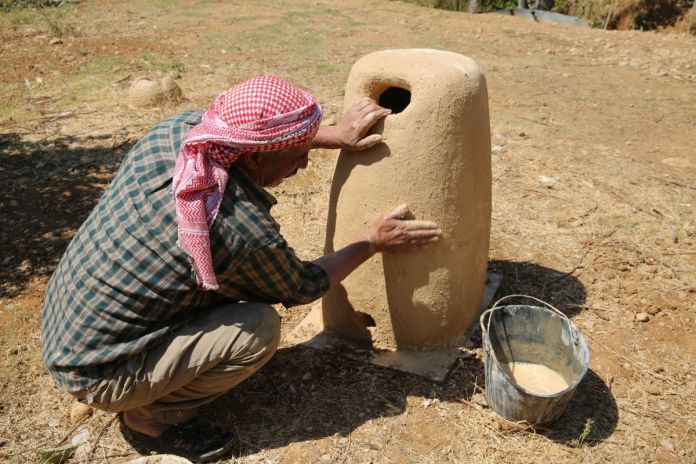 Fabrication d'un silo à grains en terre crue, région de la Bekaa, Liban Syrie, 2020 © Hoda Kassatly