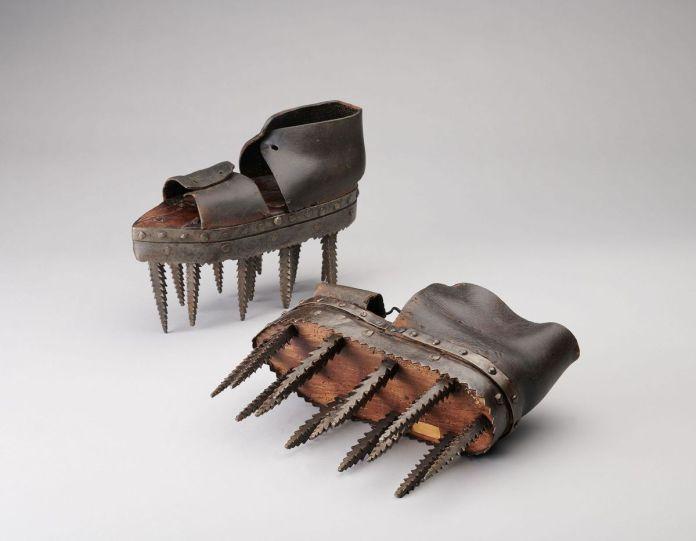 Soles, chaussures pour le décorticage des châtaignes. Villefort, Lozère, France