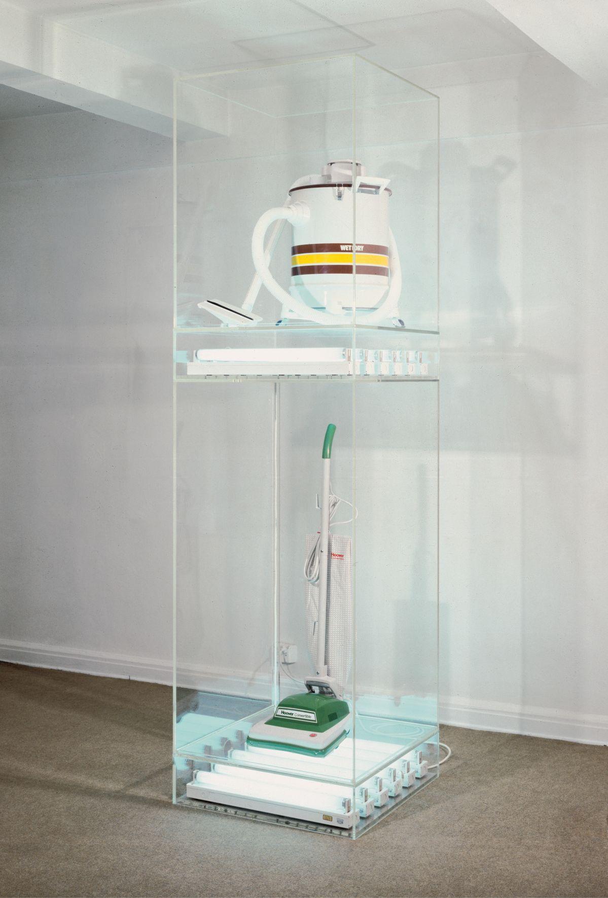 Jeff Koons. New Hoover Convertible, New Shelton Wet/Dry 10 Gallon Doubledecker, 1981. Deux aspirateurs, acrylique et tubes fluorescents. 251,5 × 71,1 × 71,1 cm ; 99 × 28 × 28 inches. Pinault Collection © Jeff Koons