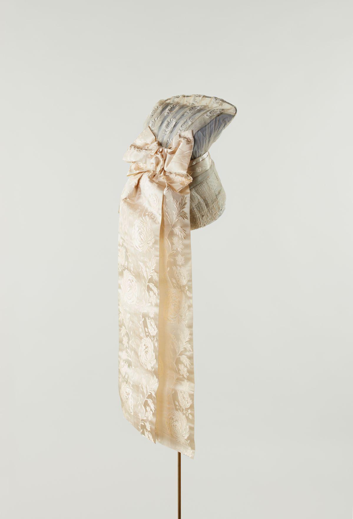 Coiffe. Toile de lin, coton, satin. XIXe siècle. France, Poitou-Charentes. Mucem © Mucem / Marianne Kuhn