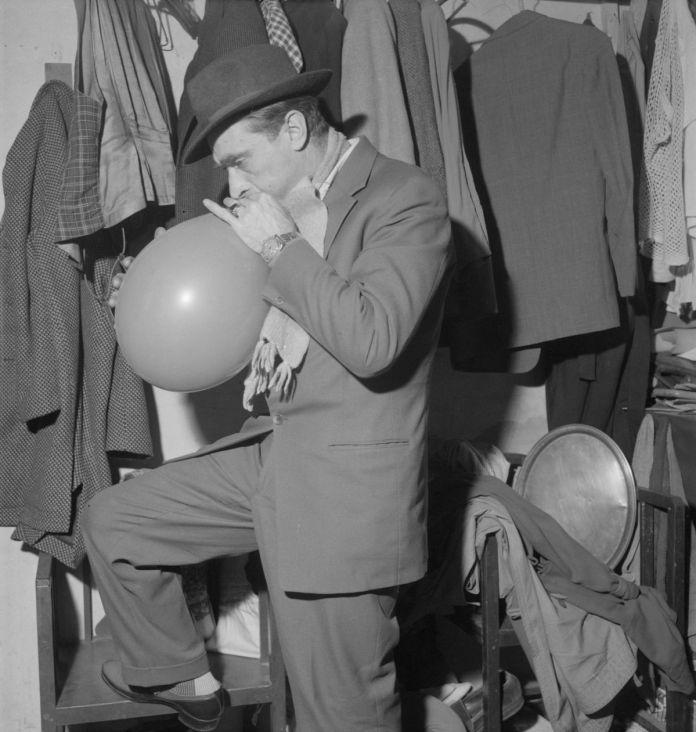 Pierre Soulier. Le clown Mimile dans sa loge du cirque d'Hiver. 19 janvier 1960. France, Paris. Mucem © Mucem / Pierre Soulier