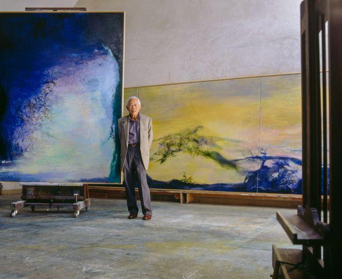 Zao Wou-Ki dans son atelier de campagne vers 2000, devant 11.08.99 – Eclipse et le grand triptyque Hommage à mon ami Henri Michaux terminé en mars 2000, photo Guillaume de Laubier
