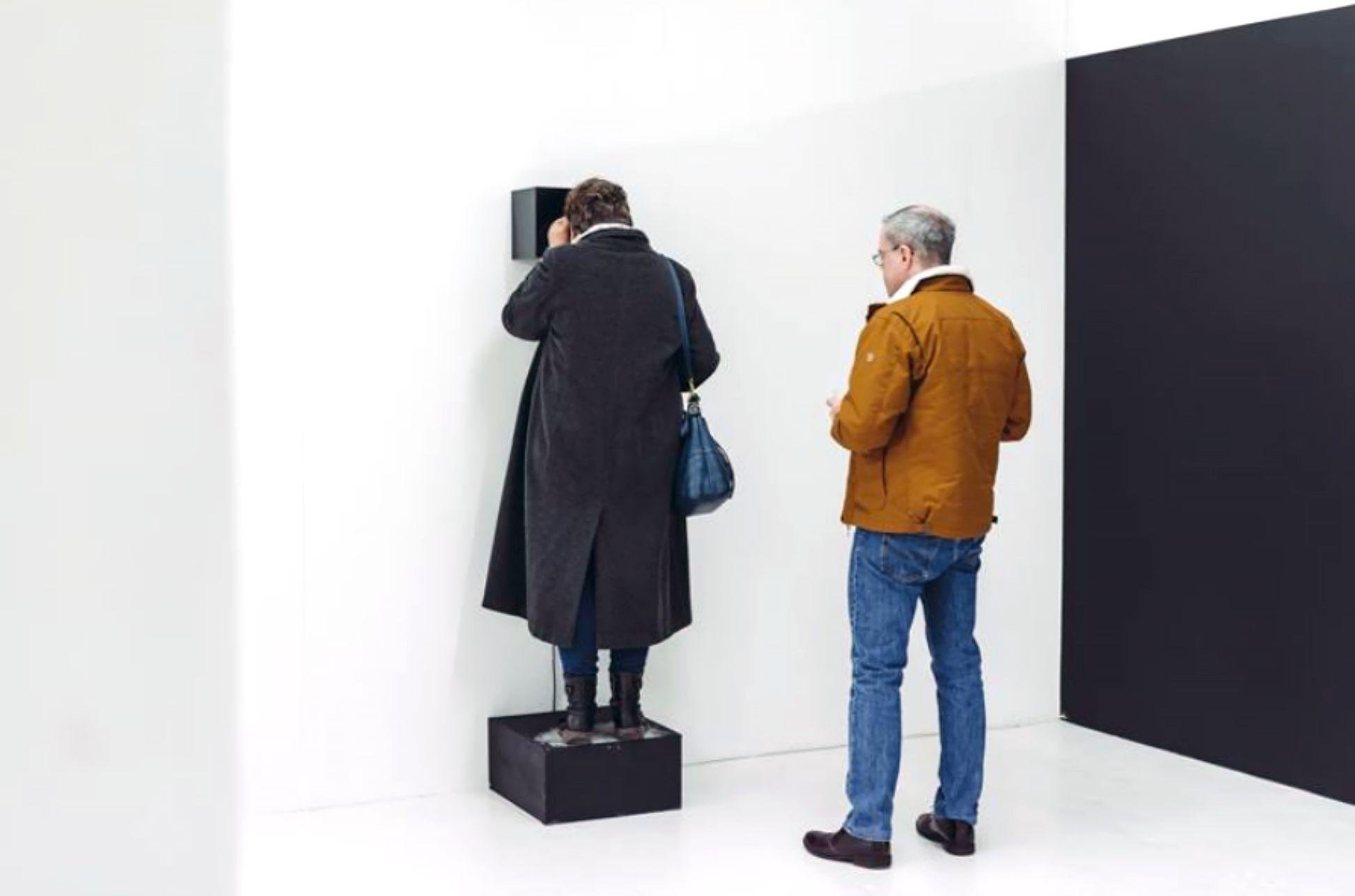 Pour 'Récits contemporains', la galerie PARROTTA CONTEMPORARY ART (Cologne, Allemagne) présente la série Material (2015) de Clare Strand. Dans cette série, l'artiste nous invite à observer la poussière se déplacer dans un spectre lumineux. Par cette action, elle nous incite à prendre conscience de notre environnement physique tout en contemplant l'instant suspendu dans le temps. Avec l'aimable autorisation de la galerie Parrotta et de l'artiste.