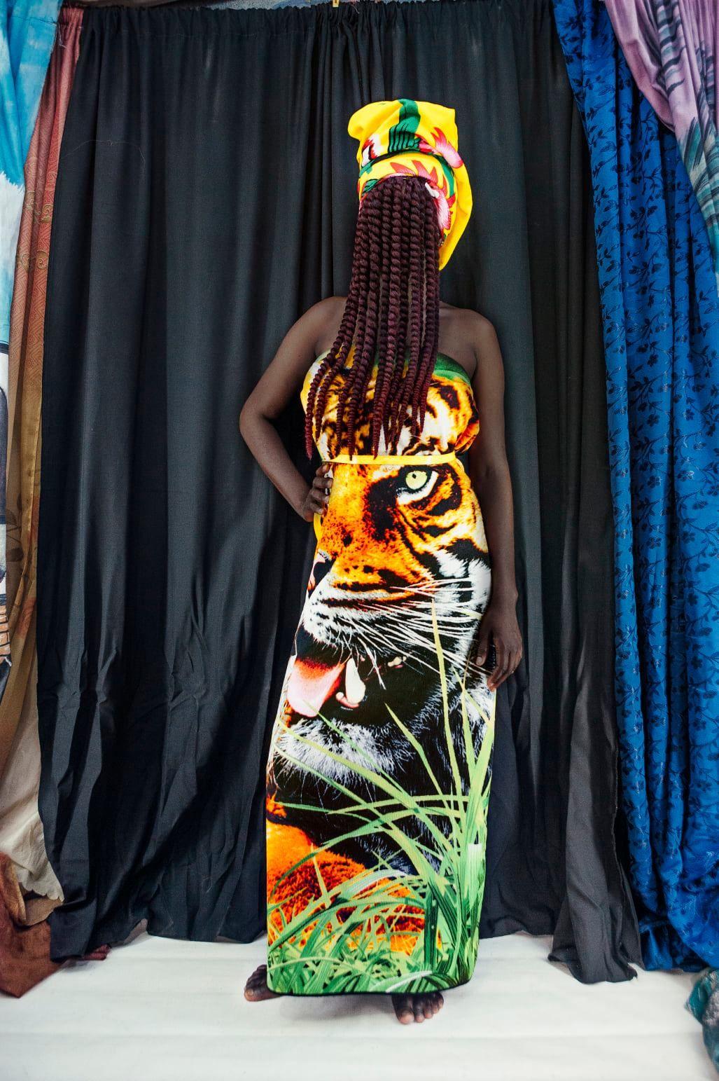 Pour 'Récits contemporains', la galerie Rocio Santa Cruz (Barcelone, Espagne) présente la série Woman Go No' Gree (2019) de Gloria Oyarzabal. Dans cette série, l'artiste examine le rôle du colonialisme dans l'imposition d'un ordre social basé sur la différenciation de genre en Afrique. Avec l'aimable autorisation de la Galerie Rocio Santa Cruz et de l'artiste.