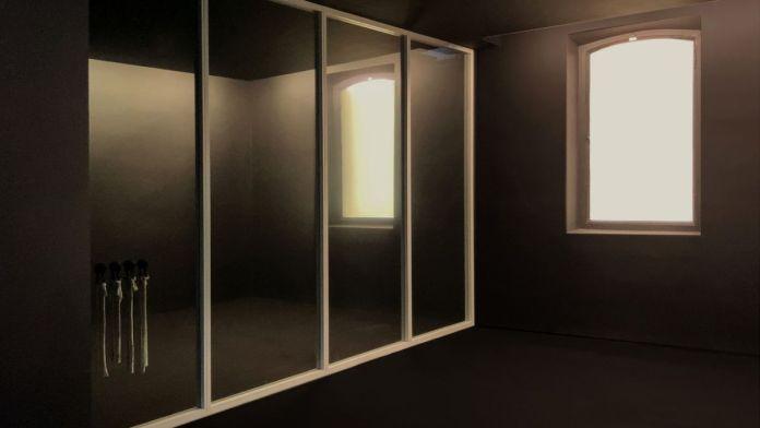 Loris Gréaud, Tallinn, 2021 - Vue de l'exposition Brocoli - Loris Gréaud + Yvon Lambert © Loris Gréaud, Gréaudstudio Photo Realism Noir