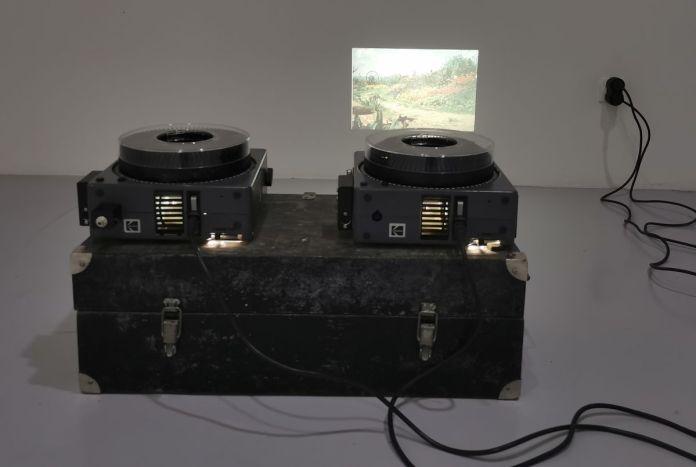 Pascal Navarro, Double carrousel, 2019. Deux projecteurs de diapositives, deux diapositives identiques, boite de rangement des projecteurs. Dimensions variables. Memories Still Green - Vidéochroniques - Photo prise le 1er juillet 2021