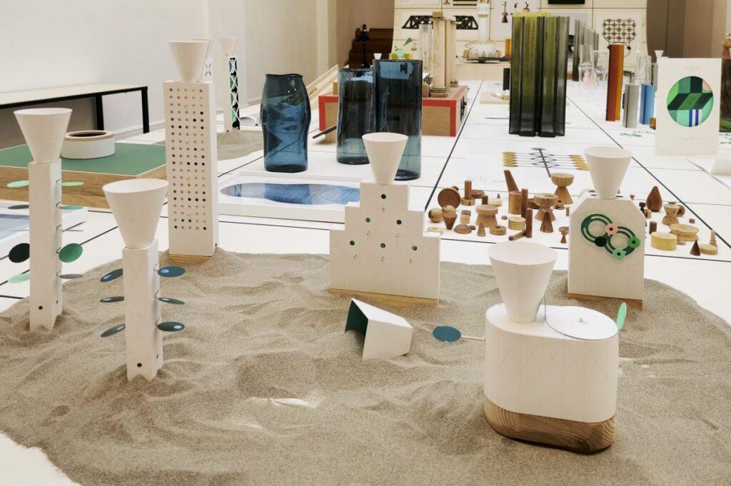 Marion Pinaffo & Raphaël Pluvinage - Papier Machine N°2, jouets A,B,C,D,E,F, 2021 - Pirouettes au Studio Fotokino – Marseille