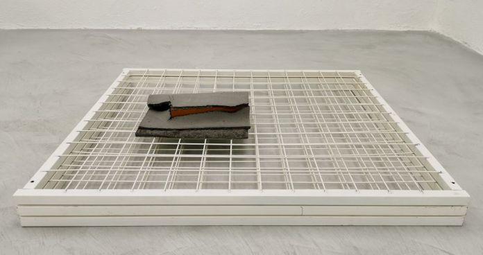 Samir Laghouati-Rashwan - Fragment de l'installation Dead Park, 2017-2021 et Arnaud Vasseux - Brique zéro, 2011 - Hijack City à la galerie de la Scep - Marseille