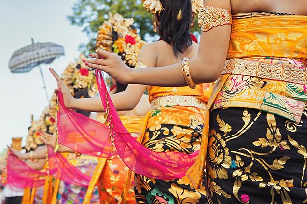 indonesia_bali_dancers-girls-traditional-costumes-sarongs