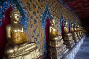 Buddha in posizione Bhumisparsamudra nel chiostro attorno alla Sala dell' Ordinazione
