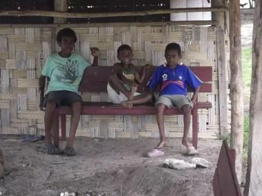 Des enfants sur l'île de Vao