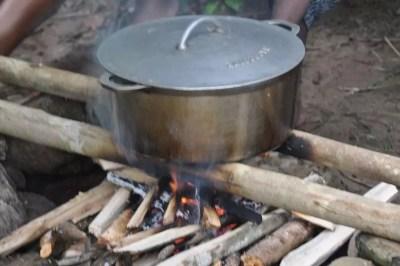 Cuisine au feu de bois avec les Scouts du Vanuatu