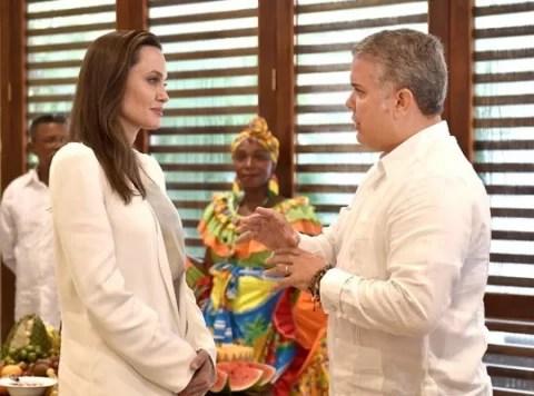Angelina Jolie pidió ayuda para los niños venezolanos en Colombia. Para nada pide que cese el bloqueo de EE UU y pueda llegar lo que esos niños necesitan a su país...