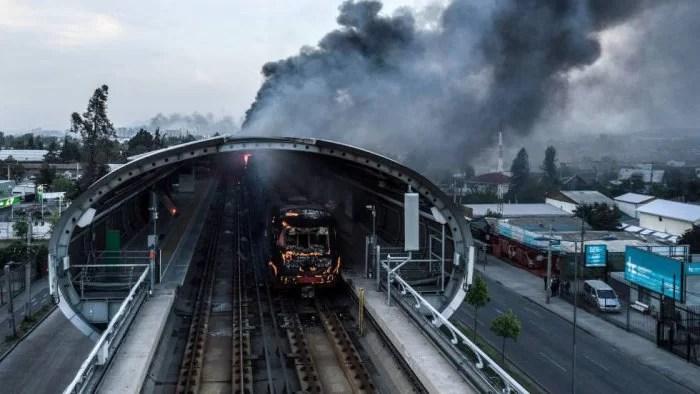 Piñera, quien amenazó con bloquear a Venezuela por tierra y mar, recula feo y suspende alza de tarifa en el Metro...