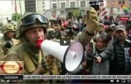 Bolivia: militar asegura que no reprimirán y alza una Wiphala