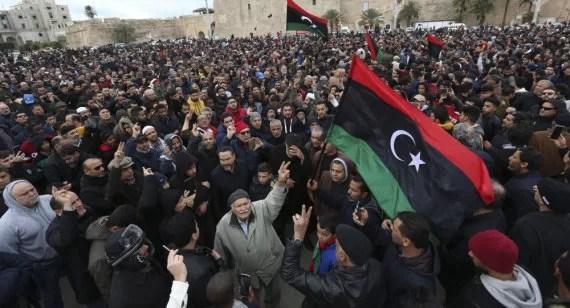 Ahora es cuando los libios vienen a descubrir que EE UU y la UE asesinaron a Gadafi traicioneramente... Miren esto: