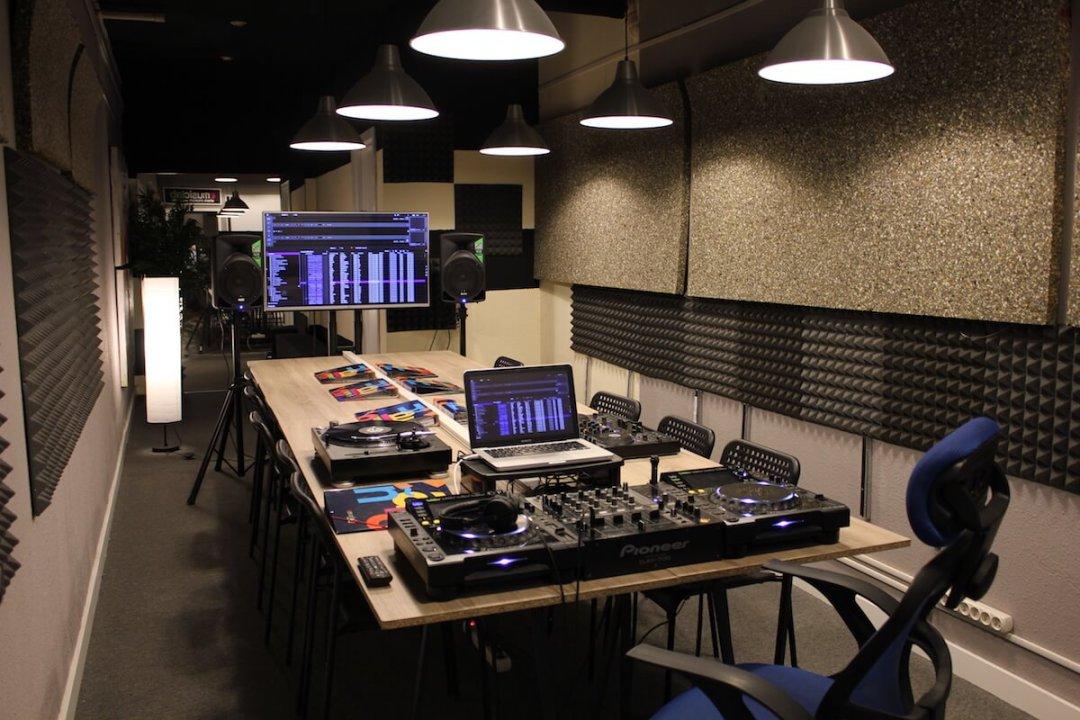 Escuela de música en Madrid. Curso de DJ y producción musical. Clases de piano. Clases de guitarra.