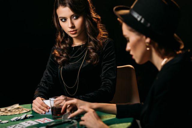 Bluff au poker entre deux femmes