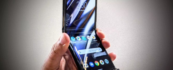 """Overhangs on the screen are normal"" says Motorola about the Razr folding"