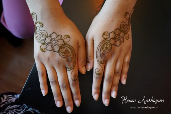 simple mehndi on back of hands