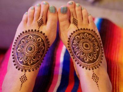 floral tikka motif mehndi design on feet for pakistani women