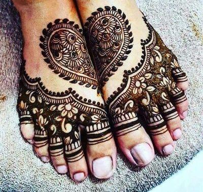 heart floral mehndi pattern on both feet for women