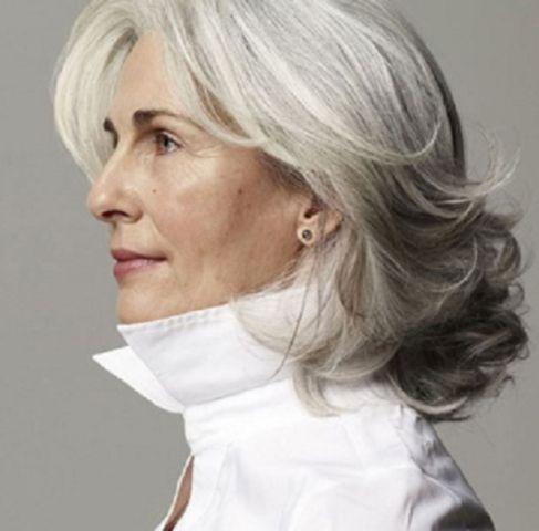 layered hairstyle for medium length hair women