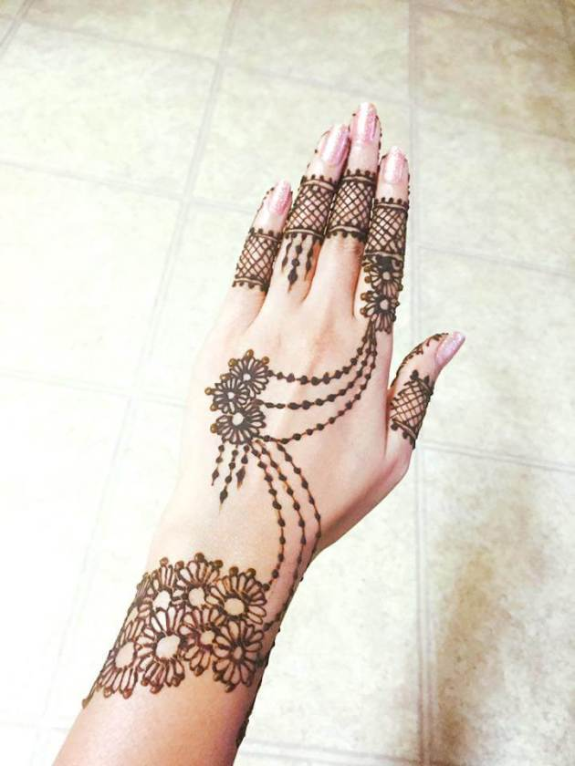 lace floral chain mehndi design pattern