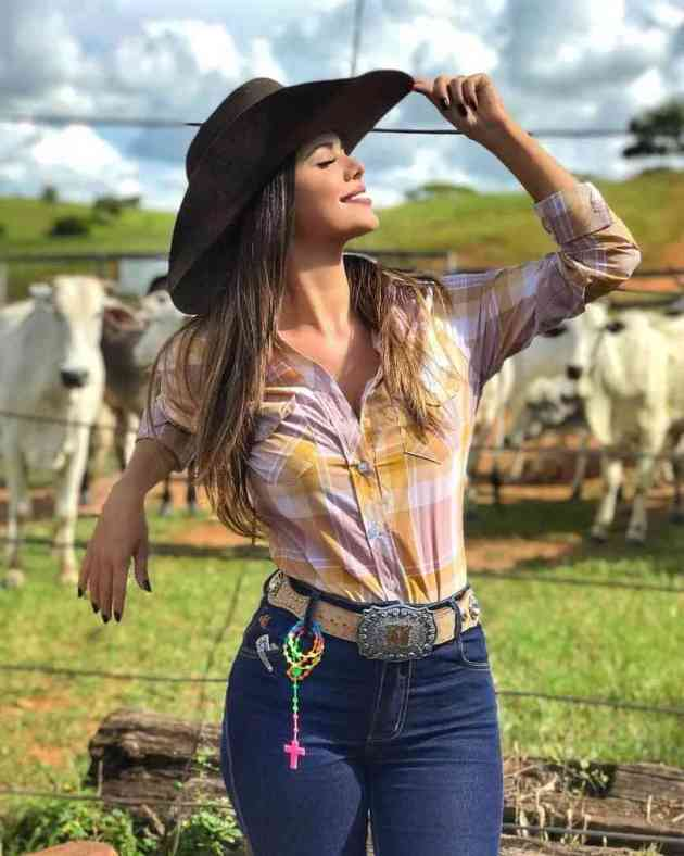 mustard plaid shirt with dark brown hat and jeans cowgirl outfit idea