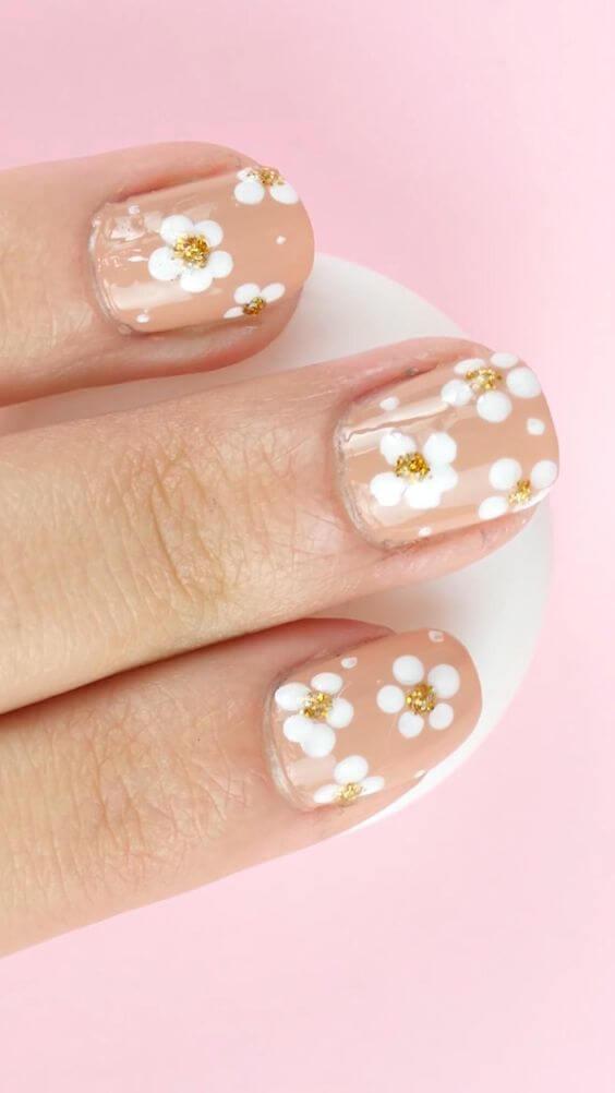 desnudo con uñas de flores blancas para agosto