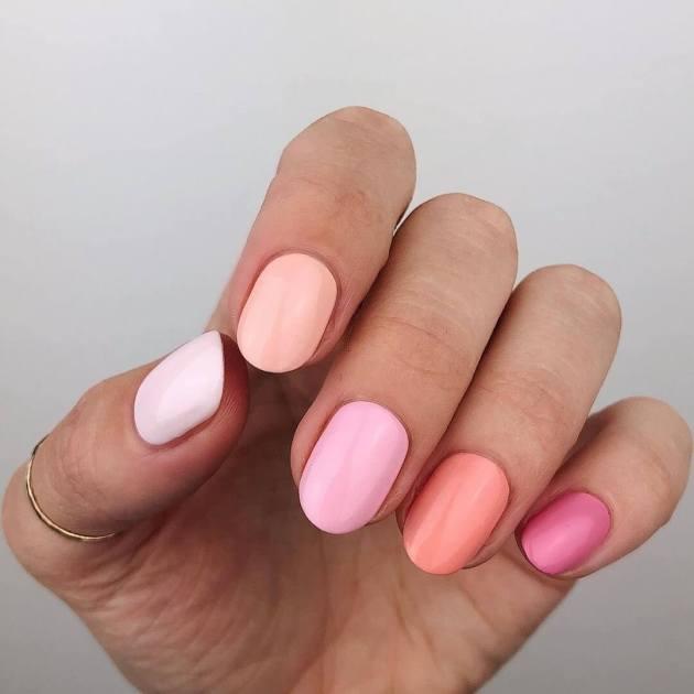 uñas de color rosa de moda para agosto