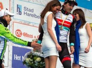 Peter Sagan amaga con tocarle el culo a una azafata. Foto: Eurosport