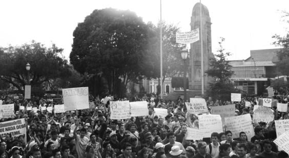 Protesta ciudadana #RenunciaYA en Xela, abril de 2015. Foto por Patricia Macías