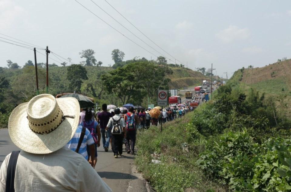 Imagen de la marcha por el agua durante su tercera jornada. Foto por: Patricia Macías