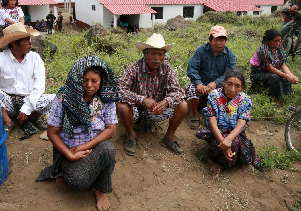 Familias de Panabaj sobrevivientes del Huracán Stan en 2005 – Foto Gobierno de Guatemala.