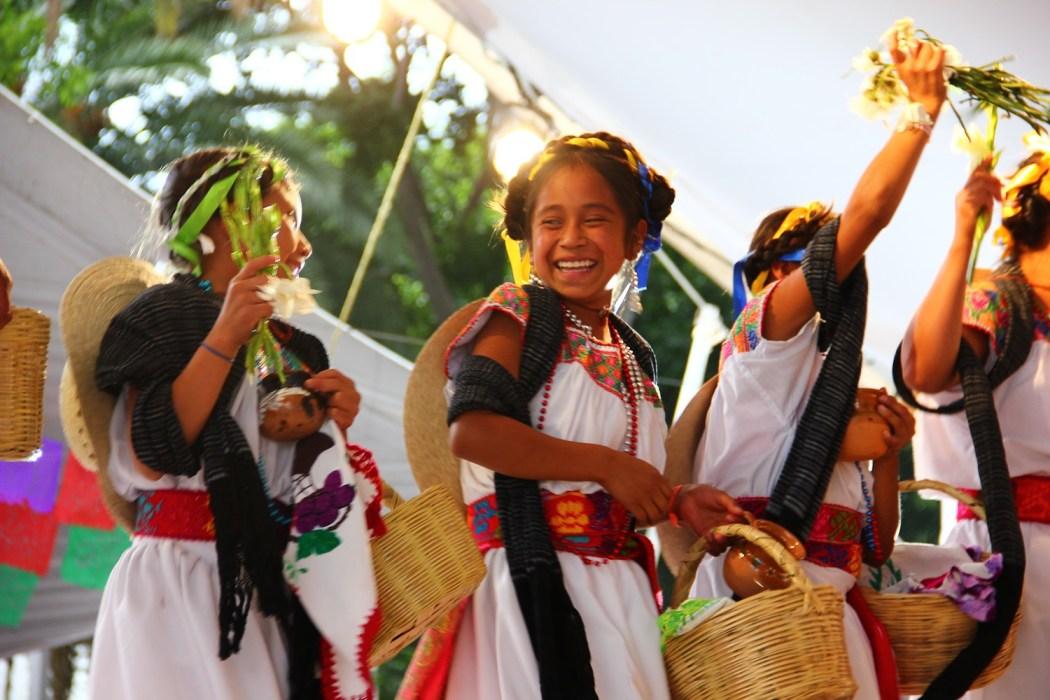 Niñas pertenecientes a la etnia Nahua del estado de Puebla, México ejecutan una danza tradicional, Puebla, Puebla, México
