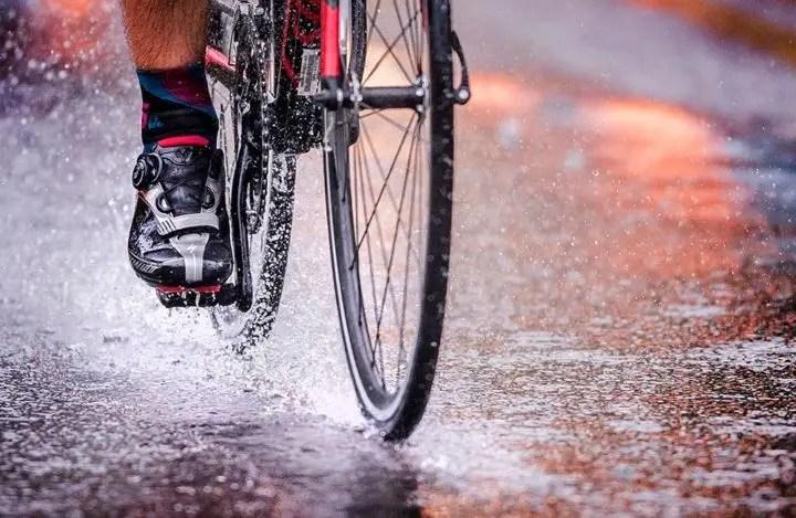 Beneficios de entrenar ciclismo bajo la lluvia