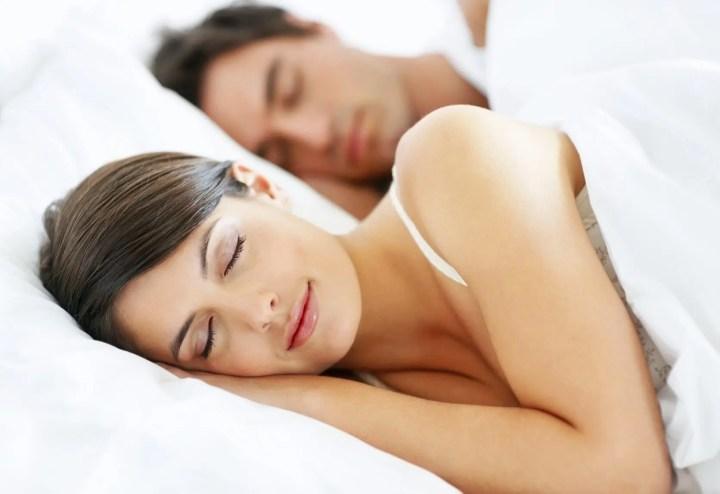 Abrazar a un ser querido ayuda a dormir mejor