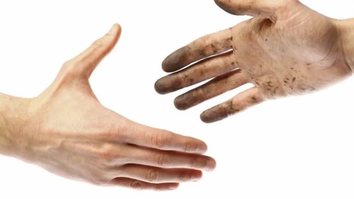 Tener las manos sucias en la oficina
