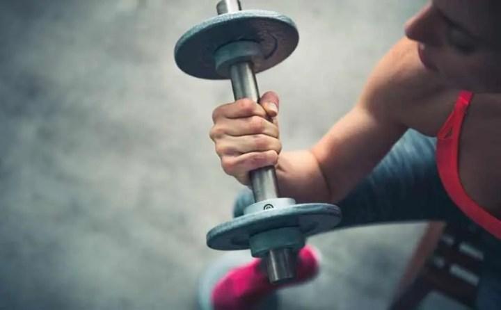 Levantar pesas para eliminar kilos rápidamente