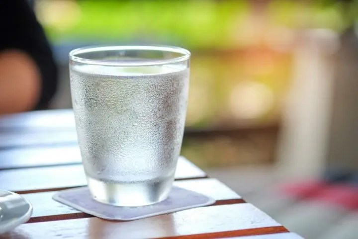 Beber agua fría puede quemar algunas calorías