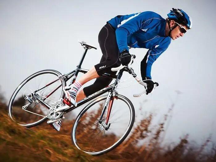 Cómo pedalear cuesta abajo en ciclismo