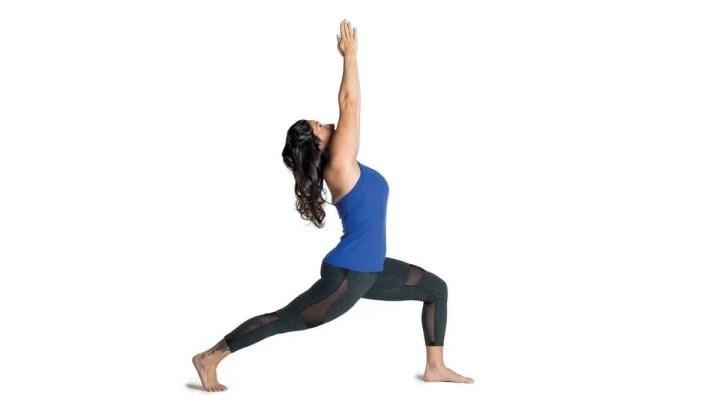 Pose de yoga de zancada del corredor para quemar calorías