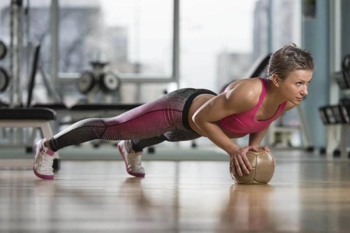 Ejercicios para fortalecer el core con balón medicinal