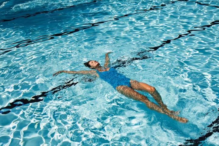 Beneficios de flotar sobre el agua