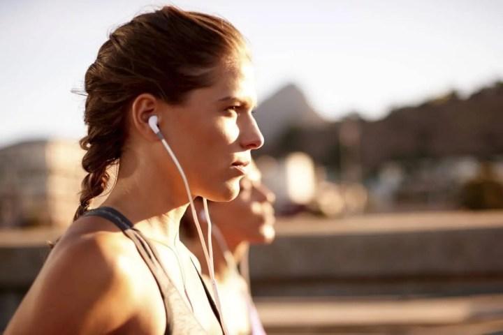 Entrenar de manera segura con auriculares aislantes de sonido