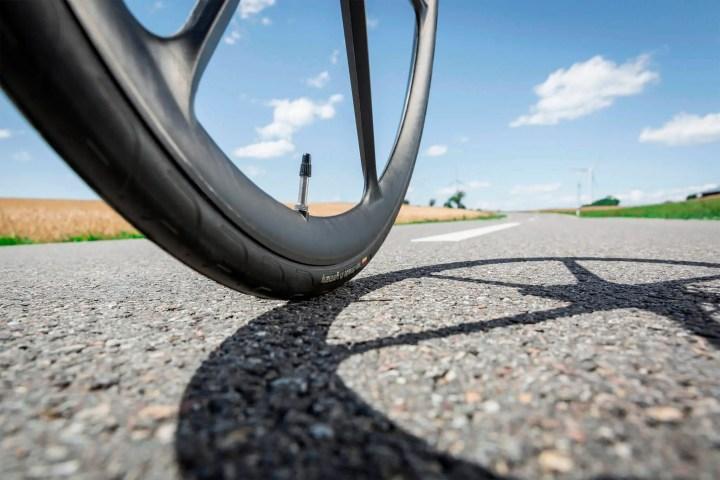 Cómo instalar el tubo en un neumático de bicicleta
