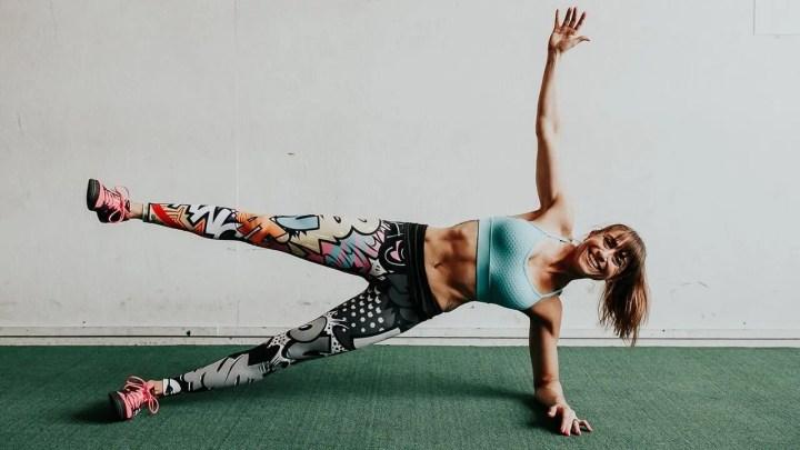 Cómo hacer la plancha alta con levantamiento de brazo lateral